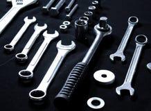 Equipo de herramientas de acero con las llaves y las llaves inglesas Fotos de archivo libres de regalías