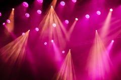 Equipo de iluminación en la etapa del teatro durante el funcionamiento Los rayos ligeros del proyector a través del humo Fotografía de archivo libre de regalías