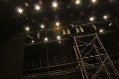 Equipo de iluminación para los funcionamientos dentro del teatro foto de archivo