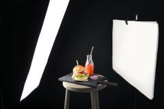 Equipo de iluminación profesional durante la comida del tiroteo Fotografía de archivo libre de regalías