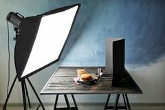 Equipo de iluminación profesional durante la comida del tiroteo Fotos de archivo