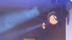 Equipo de iluminaci?n en la etapa Azul del humo en el proyector La demostración musical, concierto, funcionamiento almacen de video