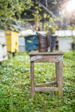 Equipo de la apicultura - fumador de la abeja, proceso de obtener la miel, poseer seguridad Foto de archivo