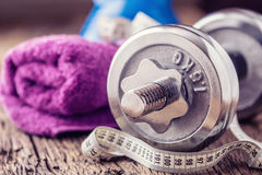 Equipo de la aptitud Agua y cinta métrica de la toalla de las pesas de gimnasia de Kettlebell Foto de archivo libre de regalías