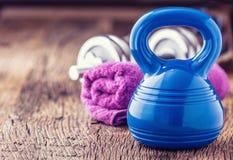 Equipo de la aptitud Agua y cinta métrica de la toalla de las pesas de gimnasia de Kettlebell Fotografía de archivo libre de regalías