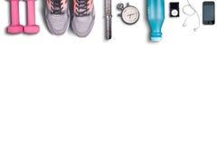 Equipo de la aptitud en fondo blanco puro Pesas de gimnasia rosadas y zapatos ligeros al funcionamiento Imagenes de archivo