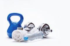 Equipo de la aptitud Las pesas de gimnasia de la toalla de Kettlebell riegan el teléfono elegante con los auriculares y la cinta  Imagen de archivo