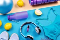 Equipo de la aptitud Los accesorios y la ropa del entrenamiento de la mujer presentan Visi?n superior, fondo de la aptitud imagenes de archivo