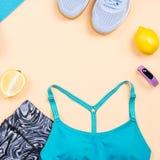 Equipo de la aptitud Los accesorios y la ropa del entrenamiento de la mujer presentan Visi?n superior, fondo de la aptitud imagen de archivo
