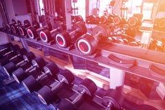 Equipo de la aptitud y del entrenamiento: sistema de las pesas de gimnasia modernas en el th foto de archivo libre de regalías