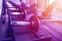 Equipo de la aptitud y del entrenamiento: sistema de las pesas de gimnasia modernas en el th imagen de archivo libre de regalías