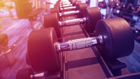 Equipo de la aptitud y del entrenamiento: sistema de las pesas de gimnasia modernas en el th fotografía de archivo libre de regalías