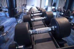 Equipo de la aptitud y del entrenamiento: sistema de las pesas de gimnasia modernas en el th imágenes de archivo libres de regalías