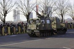 Equipo de la artillería en el desfile militar en Letonia Foto de archivo libre de regalías