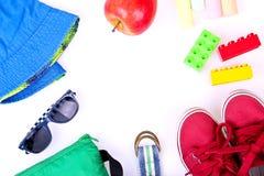 Equipo de la calle del niño y algunos juguetes en el fondo blanco Fotografía de archivo