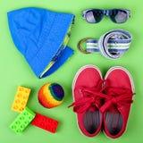 Equipo de la calle del niño y algunos juguetes en el fondo blanco Imagen de archivo