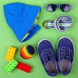 Equipo de la calle del niño y algunos juguetes en el fondo blanco Imagenes de archivo