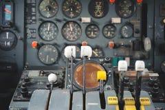Equipo de la carlinga del aeroplano con los indicadores, los botones, y los instrumentos Imagen de archivo