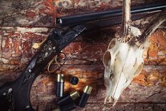 Equipo de la caza en viejo fondo de madera Imágenes de archivo libres de regalías
