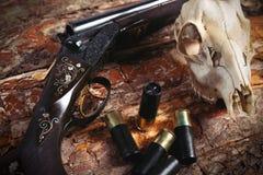 Equipo de la caza en viejo fondo de madera Fotografía de archivo