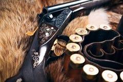 Equipo de la caza en viejo fondo de madera Imagen de archivo