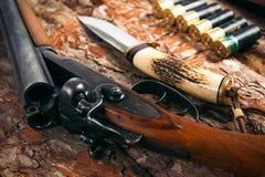 Equipo de la caza en viejo fondo de madera Fotos de archivo