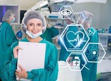 Equipo de la cirugía con los iconos futuristas de la atención sanitaria Imagenes de archivo