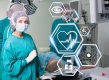 Equipo de la cirugía con los iconos futuristas de la atención sanitaria Fotografía de archivo
