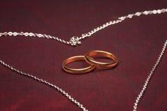 Equipo de la clarividencia con los anillos de bodas Fotos de archivo