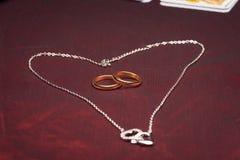 Equipo de la clarividencia con los anillos de bodas Imagenes de archivo