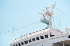 Equipo de la comunicación y de la navegación en el palo de la nave foto de archivo libre de regalías
