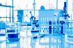 Equipo de la cristalería en el laboratorio para la ciencia o el concepto químico de los experimentos, médico y farmacéutico d imágenes de archivo libres de regalías