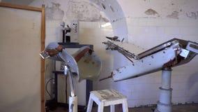 Equipo de la enfermería en cárcel de decaimiento abandonada metrajes