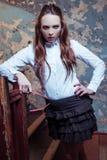 Equipo de la escuela de la muchacha que lleva hermosa joven fotografía de archivo libre de regalías