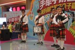 Equipo de la exhibición de las gaitas en el SHENZHEN Tai Koo Shing Commercial Center foto de archivo libre de regalías