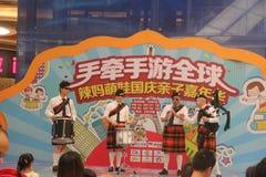 Equipo de la exhibición de las gaitas en el SHENZHEN Tai Koo Shing Commercial Center Imagen de archivo libre de regalías