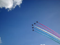 Equipo de la exhibición de RAF Red Arrows en vuelo Imagen de archivo libre de regalías