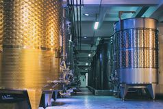 Equipo de la f?brica contempor?nea del winemaker fotografía de archivo
