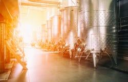 Equipo de la f?brica contempor?nea del winemaker fotos de archivo libres de regalías