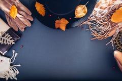 Equipo de la hembra del otoño Sistema de ropa, de zapatos y de accesorios Copie el espacio Concepto de las compras foto de archivo