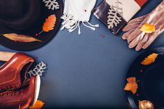 Equipo de la hembra del otoño Sistema de ropa, de zapatos y de accesorios Copie el espacio Concepto de las compras imágenes de archivo libres de regalías