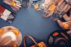 Equipo de la hembra del otoño Sistema de ropa, de zapatos y de accesorios Copie el espacio Concepto de las compras fotos de archivo