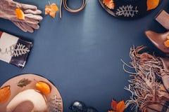 Equipo de la hembra del otoño Sistema de ropa, de zapatos y de accesorios Copie el espacio Concepto de las compras imagen de archivo libre de regalías
