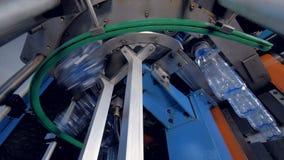 Equipo de la instalación en la planta de agua embotellada almacen de metraje de vídeo