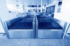 Equipo de la investigación del bagaje del aeropuerto Foto de archivo libre de regalías