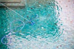 Equipo de la limpieza de la piscina Fotos de archivo libres de regalías