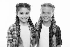 Equipo de la mirada de la familia de las hermanas Vestido similar con el mejor amigo Vestido para hacer juego a su amigo Preparac imagen de archivo