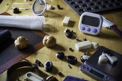 Equipo de la panadería en la tabla de madera Imagenes de archivo