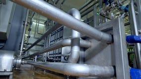 Equipo de la pasterización de la fábrica de la lechería en la visión detallada almacen de video