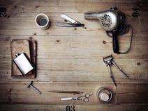Equipo de la peluquería de caballeros del vintage en el fondo de madera con el lugar para Imágenes de archivo libres de regalías